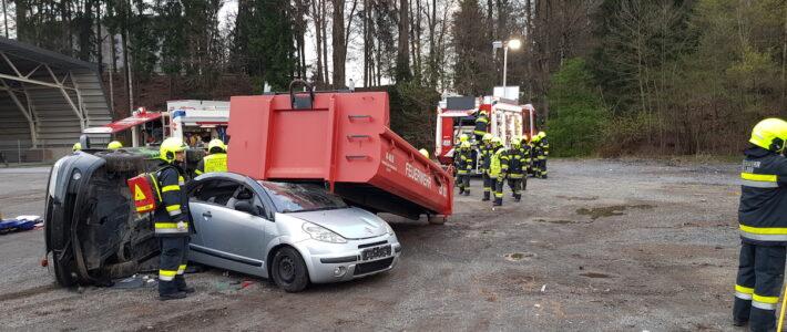 Übung Verkehrsunfall mit eingeklemmten Personen